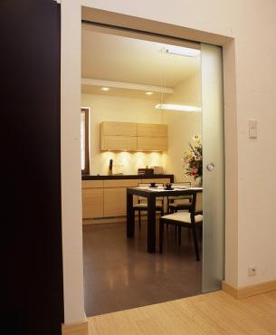 W pomieszczeniu otwartym można zainstalować między kuchnią a pokojem przesuwane drzwi – w razie potrzeby zasłonią przed wzrokiem gości nieład panujący w kuchni.