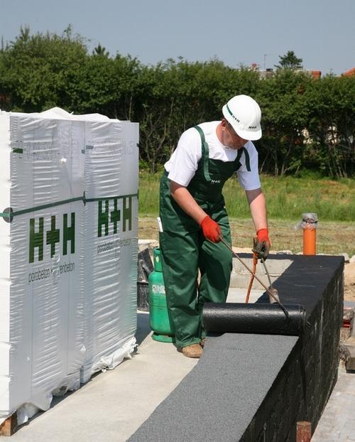 Układanie papy jako izolacji poziomej ściany