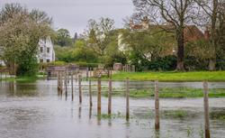 Podtopienia nieruchomości. Jak sobie poradzić z wodą spływającą z sąsiedniej działki?