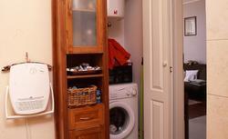 Gdzie umieścić pralkę? Czy warto zamontować pralkę za drzwiami?