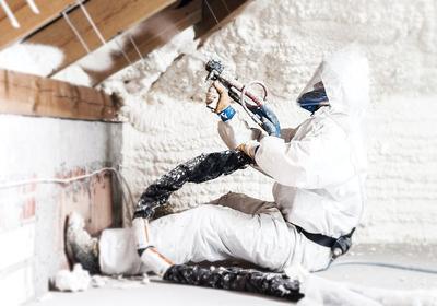 Ocieplenie domu pianą natryskową. Właściwa izolacja inwestycją na lata