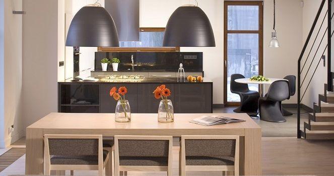 Oświetlenie salonu i jadalni. Jakie lampy nad stołem okrągłym, jakie nad kwadratowym